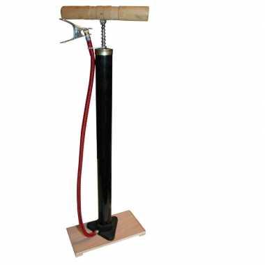 Klassieke fietspomp met houten plank